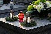 Decorated tomb with burning candles and flowers — Stockfoto