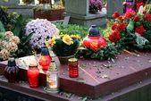 Blumen und lichter teelichtern auf tomc auf friedhof — Stockfoto