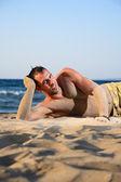 Portret młodego mężczyzny na plaży — Zdjęcie stockowe