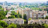 Городской квартал с зелеными парками — Стоковое фото
