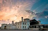 Vecchia stazione ferroviaria con bella cloudscape — Foto Stock