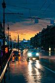 Samochody na mokrej drodze w nocy — Zdjęcie stockowe