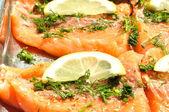 Limon ve bitki ile somon fileto — Stok fotoğraf
