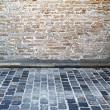 mur z cegły i brukowanej uliczce — Zdjęcie stockowe