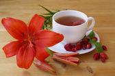 Thee met rijpe aardbeien — Stockfoto