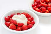 Strawberries and cream — Stock Photo