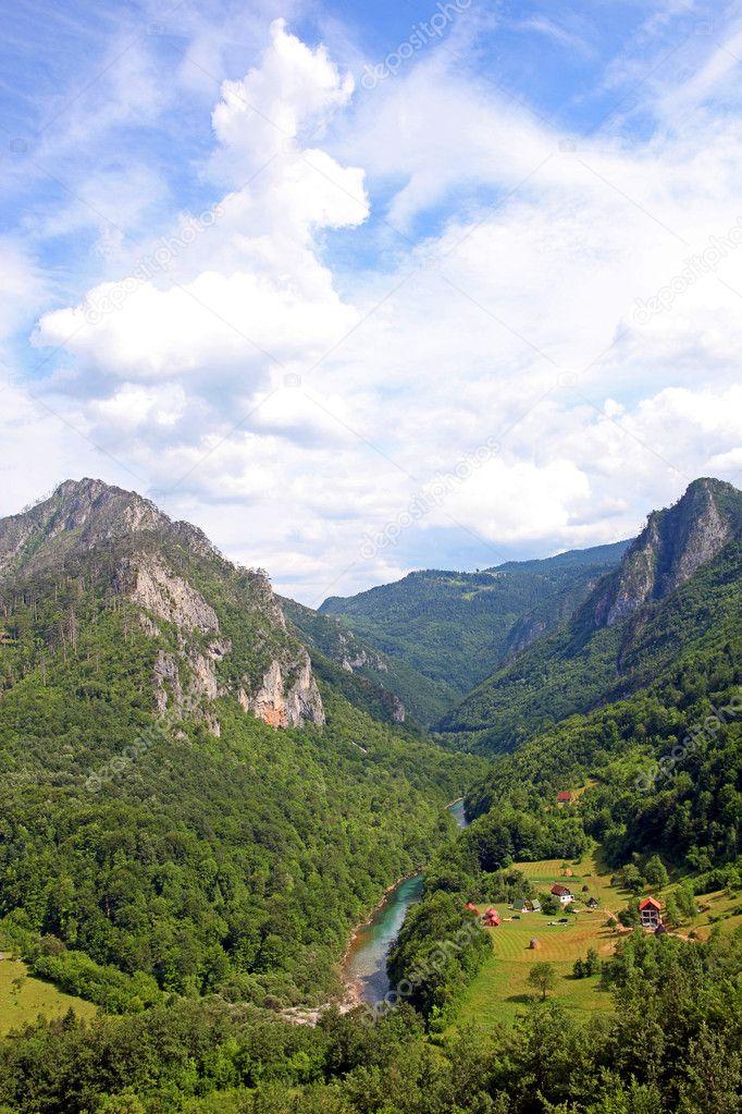 在底部的塔拉河大峡谷村的视图