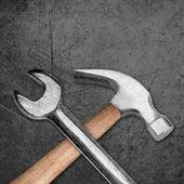 гаечный ключ и молот — Стоковое фото