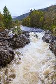 Fleuve sauvage avec chute flottant à travers un paysage — Photo