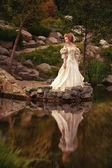 Uma mulher como uma princesa em um vestido vintage — Foto Stock