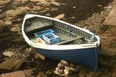 Remar el barco varado en la orilla — Foto de Stock