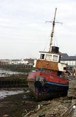 旧拖船搁浅岸边 — 图库照片