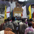 BHUTANESE WALK TOWARD THE PUNAKHA DZONG. BHUTAN. — 图库照片