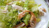 Salada de frango coberta com filme plástico para frescor — Foto Stock