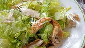 Salade van kip bedekt met plastic omslag voor versheid — Stockfoto