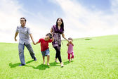 Asijské rodina v louce — Stock fotografie