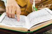 Reading al-quran — Stock Photo