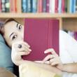 Женщина ищет сзади книга — Стоковое фото #11993376