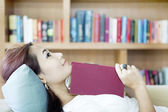 Sonriente mujer en sofá — Foto de Stock