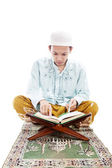 Homem muçulmano ler alcorão — Foto Stock