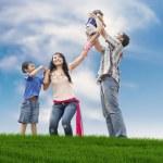gelukkige familie op de weide — Stockfoto