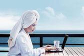 亚洲女性使用的便携式计算机 — 图库照片