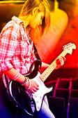 Jeune fille brune de style avec guitare — Photo