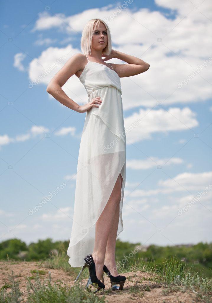 Фото в белом платье на природе