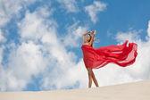 девушка на пляже на ветру — Стоковое фото