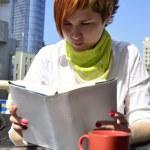 mujer joven en un café leyendo un libro — Foto de Stock   #11326385