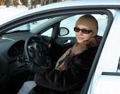 Senior donna in auto — Foto Stock