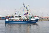 装飾釣り船、港を残しています。 — ストック写真