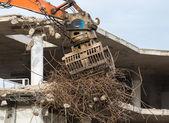 Afbraak van een gebouw met betonnen vloeren en pijlers — Stockfoto