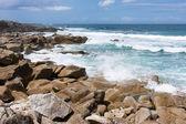 Vlny narážely na skalnaté pobřeží bretaně, francie — Stock fotografie