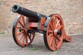 Canon antiguo medieval artillería antes de una pared de ladrillo — Foto de Stock