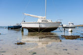 Small boats at ebb tide in Brittany, Franc — Stock Photo