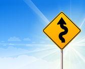 Kronkelende weg teken op blauwe hemel — Stockvector