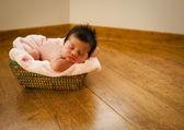 新生儿裸睡上一篮子 — 图库照片