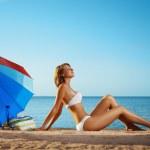Luxury girl lies on the beach — Stock Photo