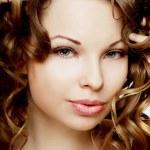 豪華な巻き毛の少女 — ストック写真
