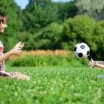 mãe e filho jogando bola no parque — Foto Stock