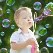 Ñhild blow bubbles — Foto Stock