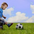Mother and son playing ball in the park. — Stock Photo