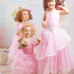 Kinder im Kinderzimmer in Rosa Kleidern — Stockfoto