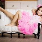 Mädchen im Kinderzimmer im rosa Kleid — Stockfoto
