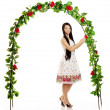 Ñute girl near the arch entwined by roses — Foto Stock