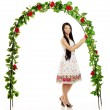 Ñute girl near the arch entwined by roses — Stockfoto