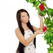 Ñute girl near the arch entwined by roses — Stock Photo