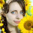 Woman with blue eyes with sunflowers — Foto de Stock