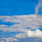 cielo azul y las nubes blancas — Foto de Stock